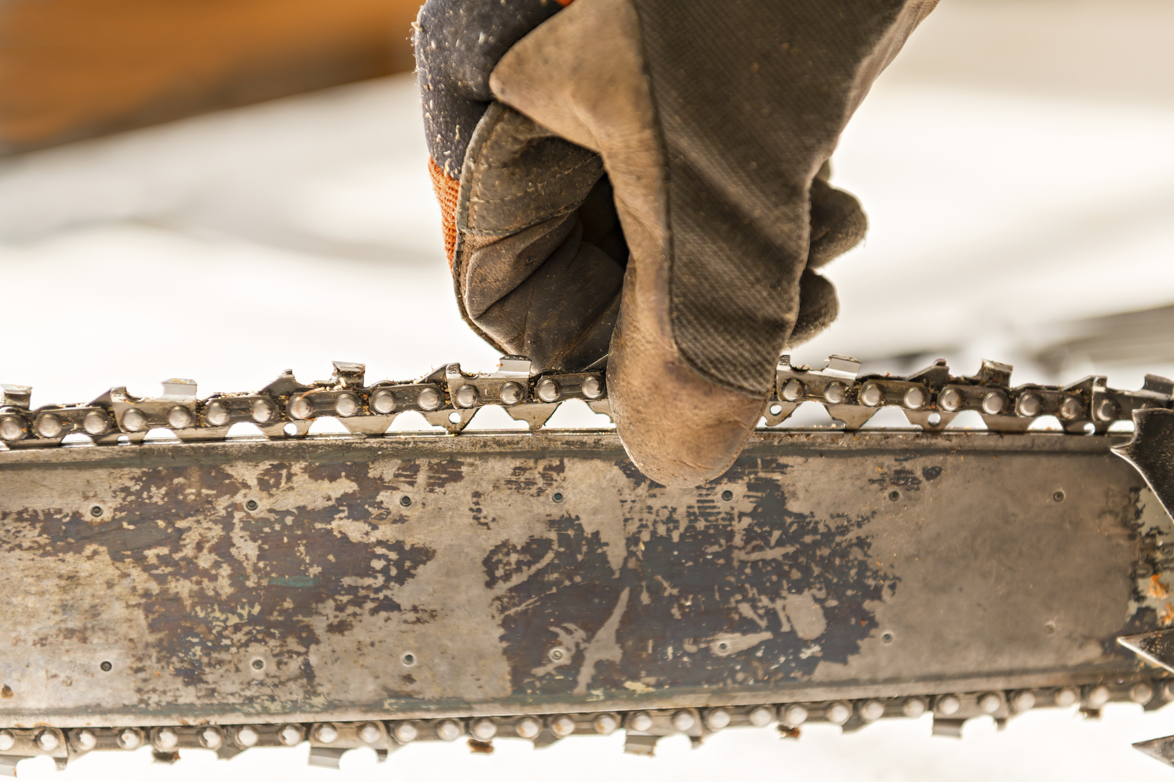 how to replace chainsaw chain